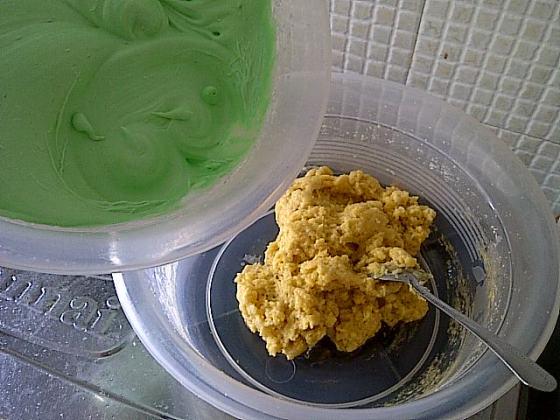 adonan putih telur yg siap dimasukkan ke adonan pertama